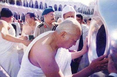 Soeharto saat tengah melakukan ibadah Umroh