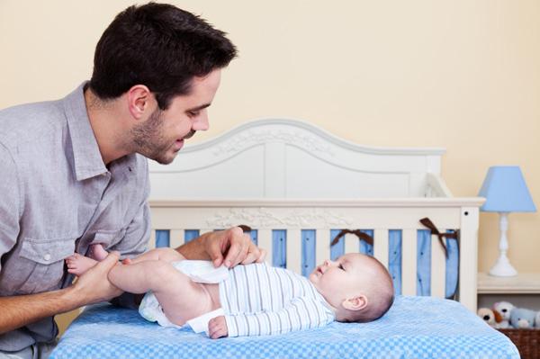 4 bước chuẩn giúp bố thay bỉm cho bé dễ dàng