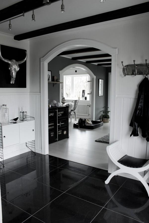 renoverad hall, före och efterbilder på hall, inredning hall, stringhylla, vit parkett, tarkett, svart klinkers i hallen, vita väggar, klädhängare, inredningsdetaljer i hallen