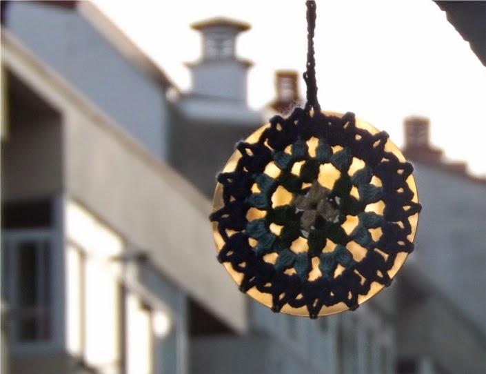 Reflejo de luz en mandala de ganchillo o crochet