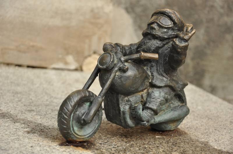 Krasnale wroclawskie - krasnal na motorze