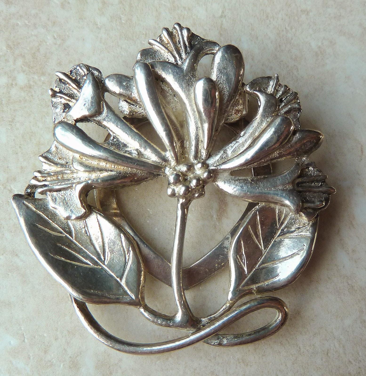 http://www.kcavintagegems.uk/vintage-style-floral-scarf-clip-by-masj-396-p.asp