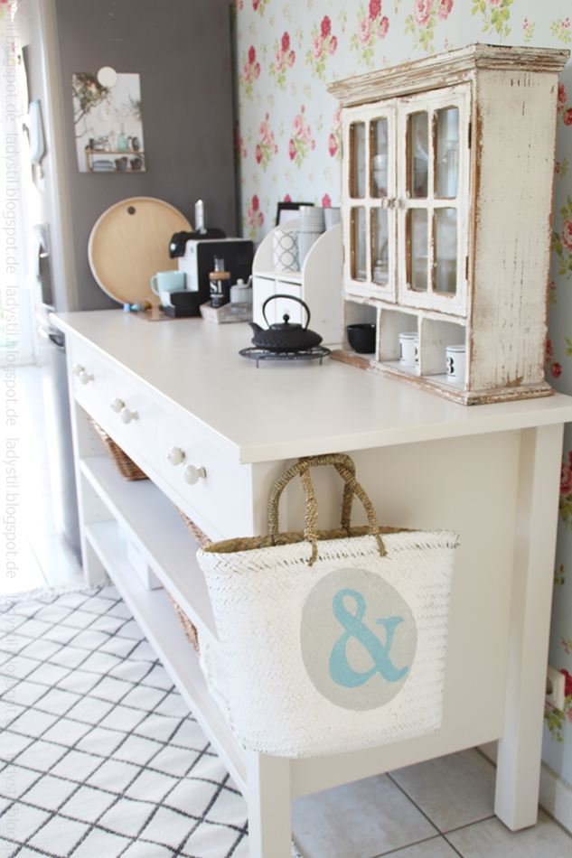 Kommode-in-weiß-mit-kaffeemaschine-antikem-vintageregal-und-diversen-türkisen-accessoires