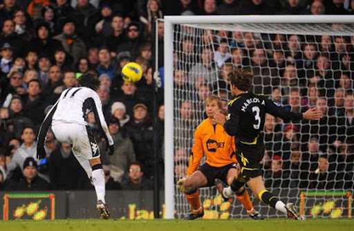 Bryan Ruiz scoops the ball over the head of Jussi Jääskeläinen to score Fulham's second