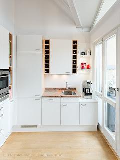 Küche mit neuen Fronten weiss und Edelstahlgriffen zu rötlicher Arbeitsplatte Granit