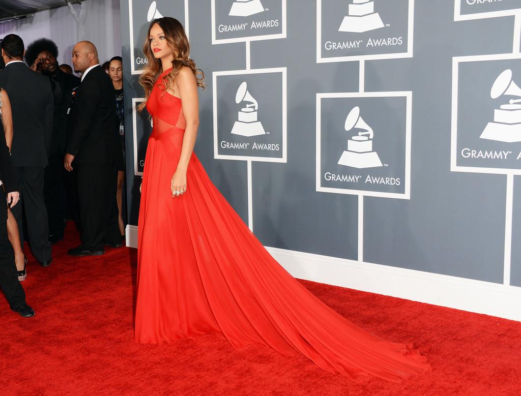 http://2.bp.blogspot.com/-exljLLx7Zig/URjELOnn6fI/AAAAAAAAaHw/9LUSgzw1icc/s1600/Rihanna+55th+Annual+GRAMMY+Awards+Arrivals+j9T6C9rc6K5x.jpg