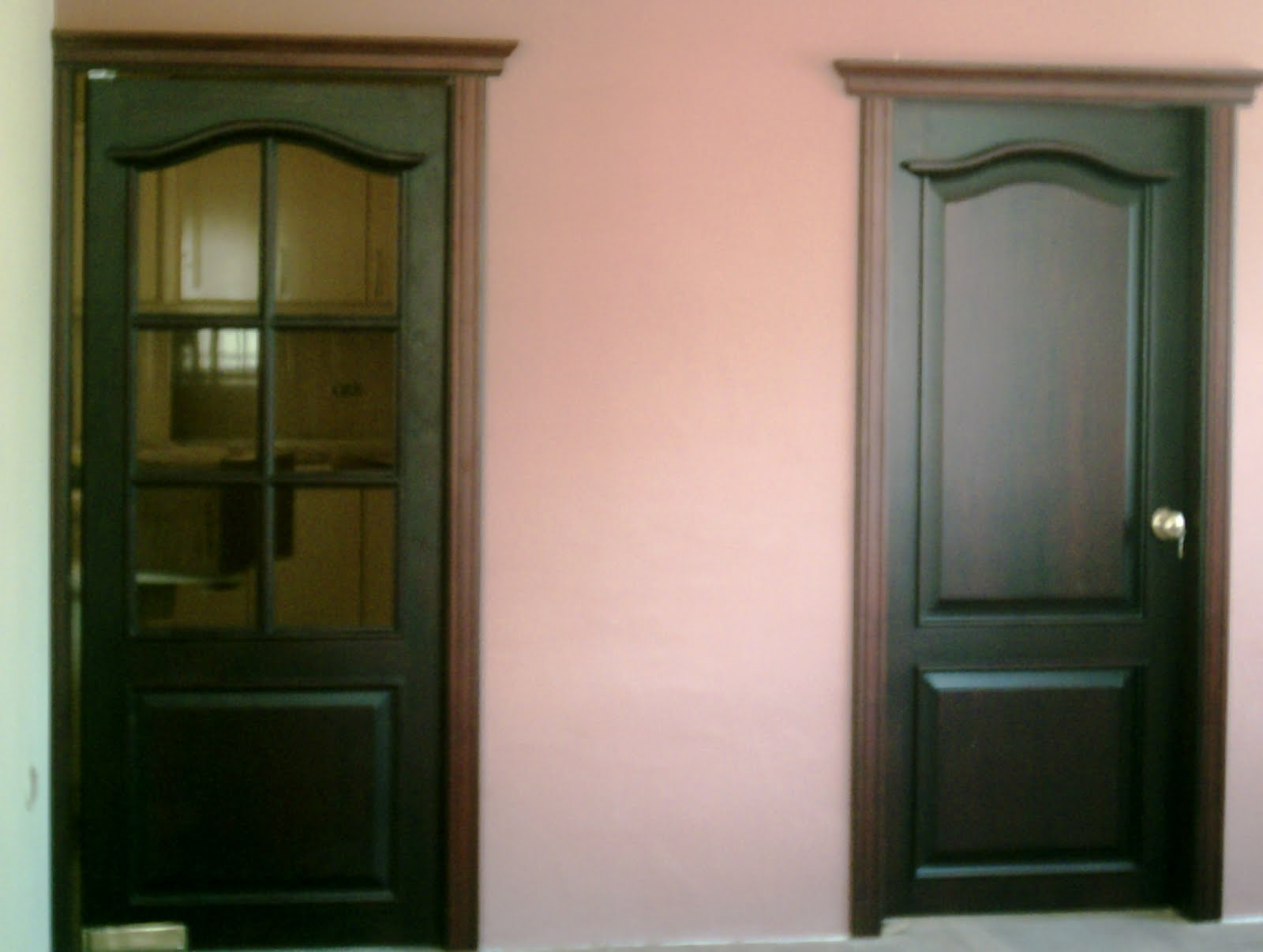 Ideatumobiliario puertas interiores y exteriores para su for Modelos de puertas de madera para dormitorios