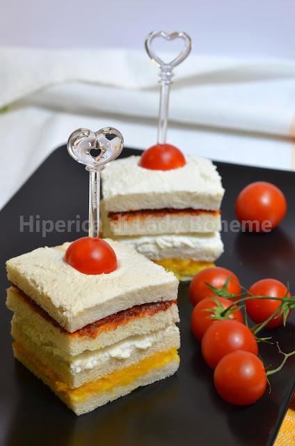 tramezzini con pomodori secchi, crema di peperoni gialli e ricotta di pecora