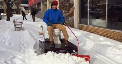 """Γνωρίστε την μηχανοκίνητη τουαλέτα """"Loo - cy"""" για τον καθαρισμό του χιονιού"""