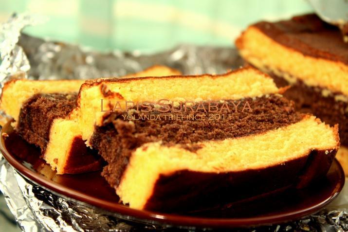 Rasanya nikmat sekali makan kue lapis surabaya ini, selain memang