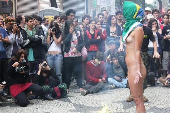 estudante pelada em protesto de rua