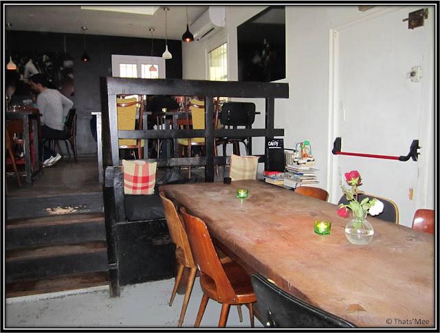 table bois bar resto La Famille Montmartre Paris 18
