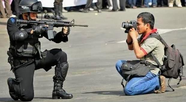 Aksi Lucu Para Fotografer Demi Foto Terbaik