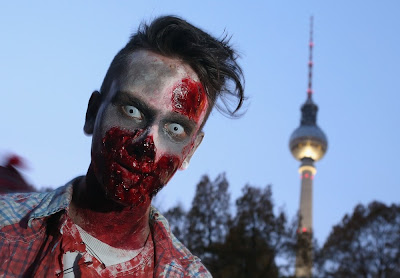 Uno Zombie davanti alla Fernsehturm in Alexanderplatz durante l'ultima ZombieWalk berlinese