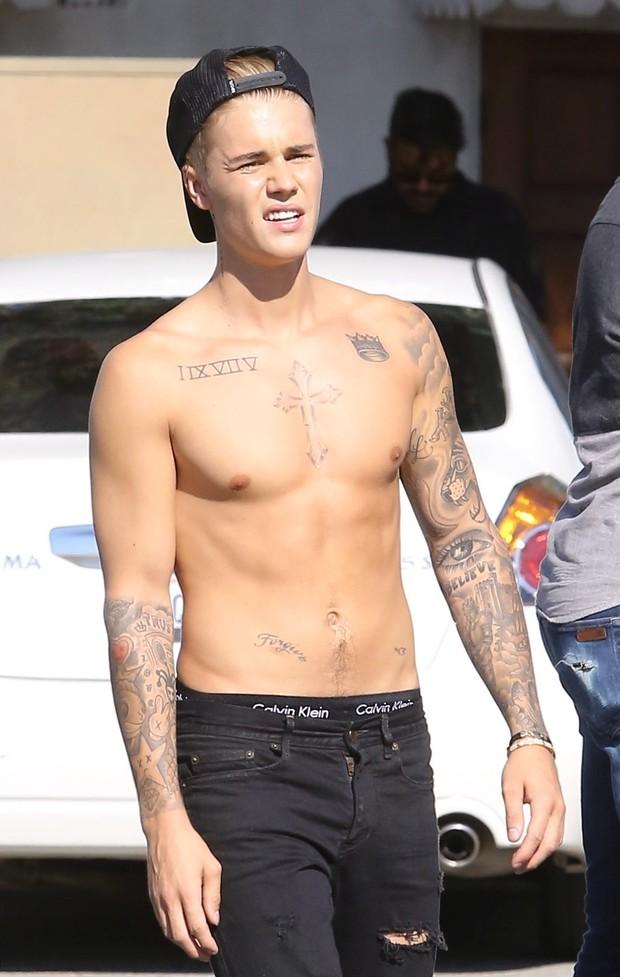 Shirtless And Underwear Showing Justin Bieber Skateboarding Uskao