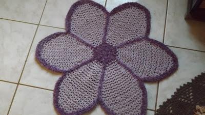 Tapete de crochê em formato de flor