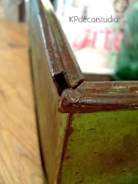 Cajones y cajas de metal antiguas