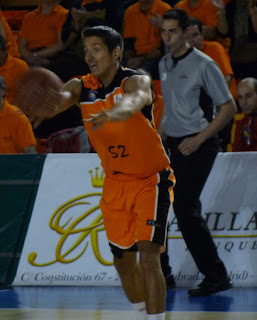 K. Valters pasando el balón.