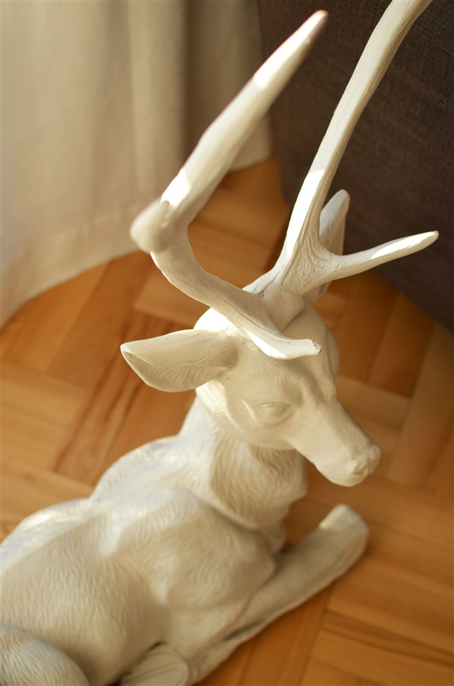 salon w beżach, dekoracje jeleń