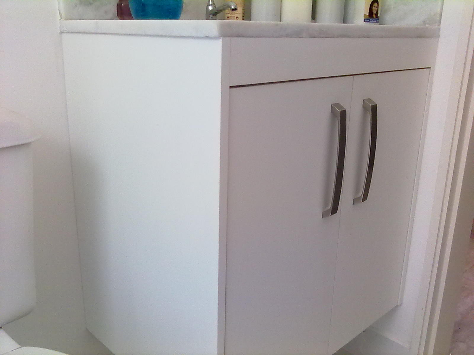 Se seu banheiro é pequeno aproveito todo espaço com um gabinete  #074969 1600 1200