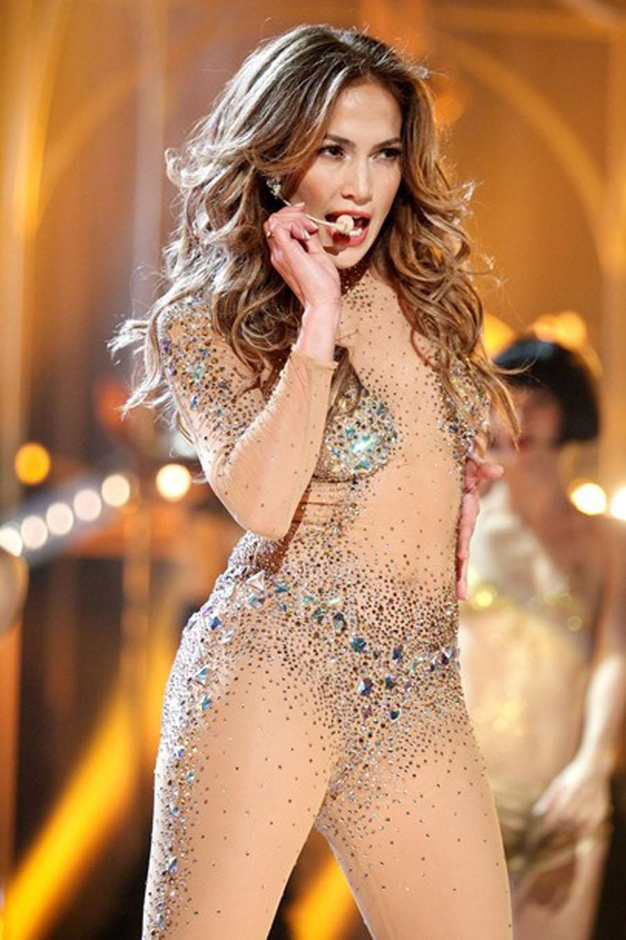 Between Jennifer Lopez at American Music Awards 2011