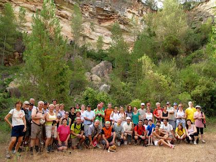 Tot el grup de caminants posant a la mina de bauxita