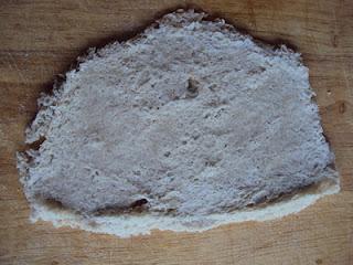 Tania przekąska z chleba z serem żółtym