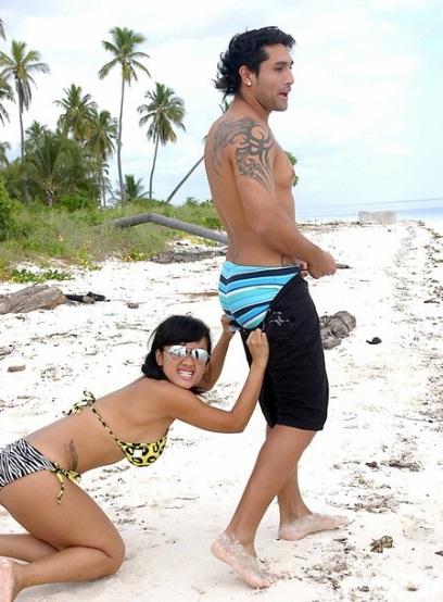 namun wajar saja karena foto tersebut di ambil di pantai berikut foto ...