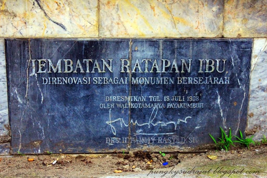 Plakat nama Jembatan Ratapan Ibu