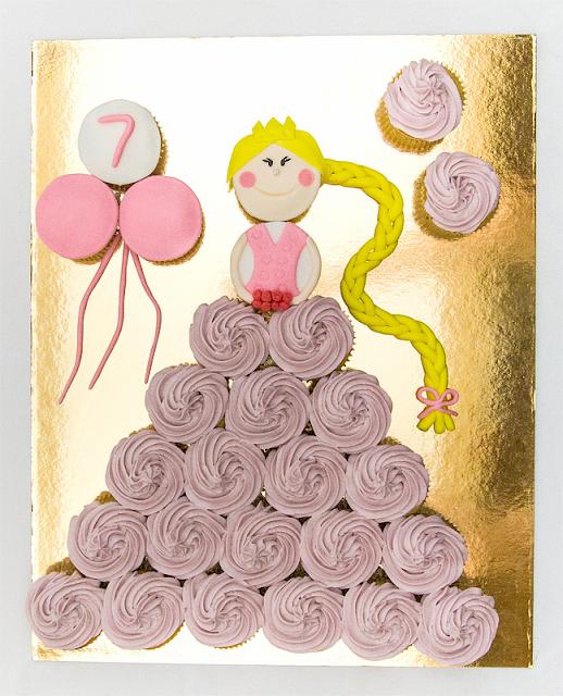 Malinovi kolački sestavljeni v obliko princeske