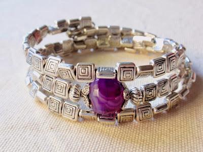 pulsera artesanal tipo brazalete, de tres vueltas con abalorios con dibujo de cuadrado y piedra de agata teñida en el centro