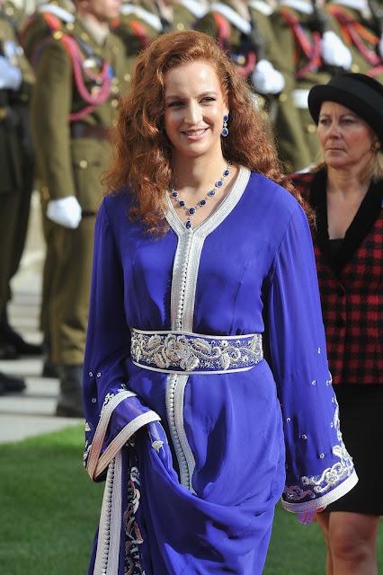 reine du maroc en caftan bleu