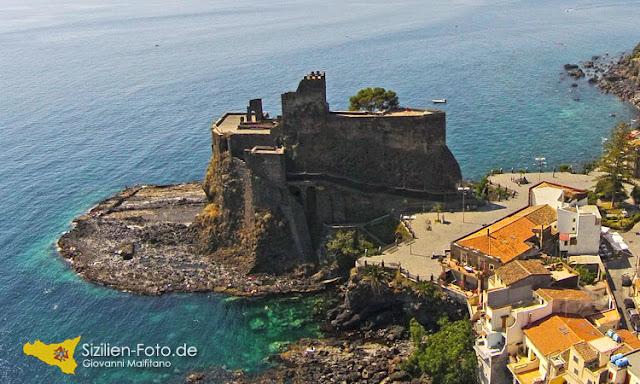 Normannenschloss Aci Castello aus der Luftperspektive