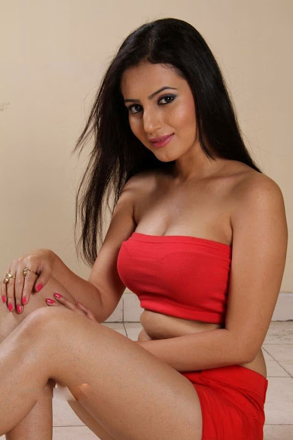 Anu Smruthi cleavage show stills