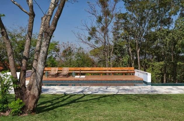 Rumah Keluarga Sederhana Menyatu dengan Alam