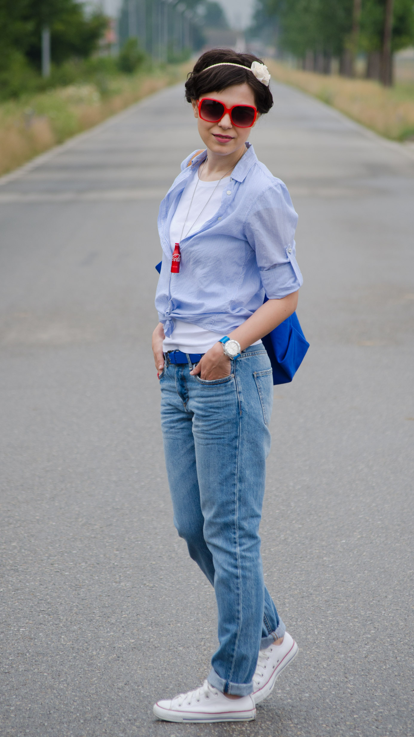 boyfriend jeans converse white sneakers t-shirt blue loose shirt maxi cobalt blue bag coke botle