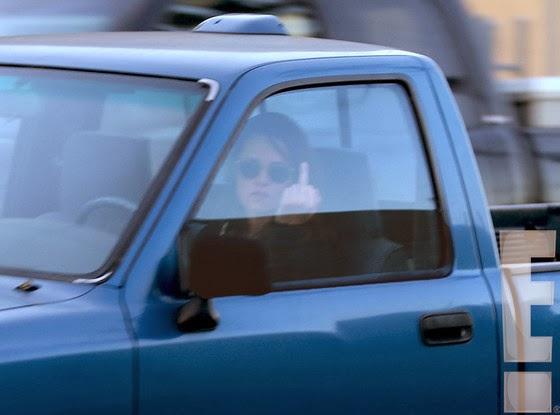 Kristen Stewart haciendo gesto obsceno