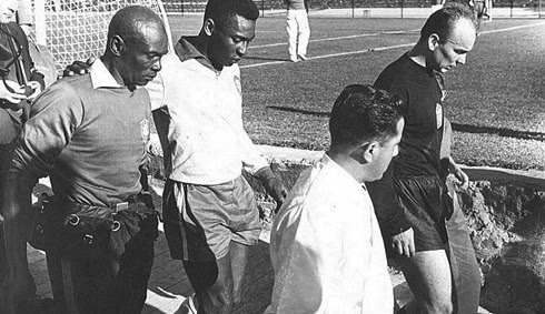Pelé saindo machucado 2° jogo do Brasil copa de 1962
