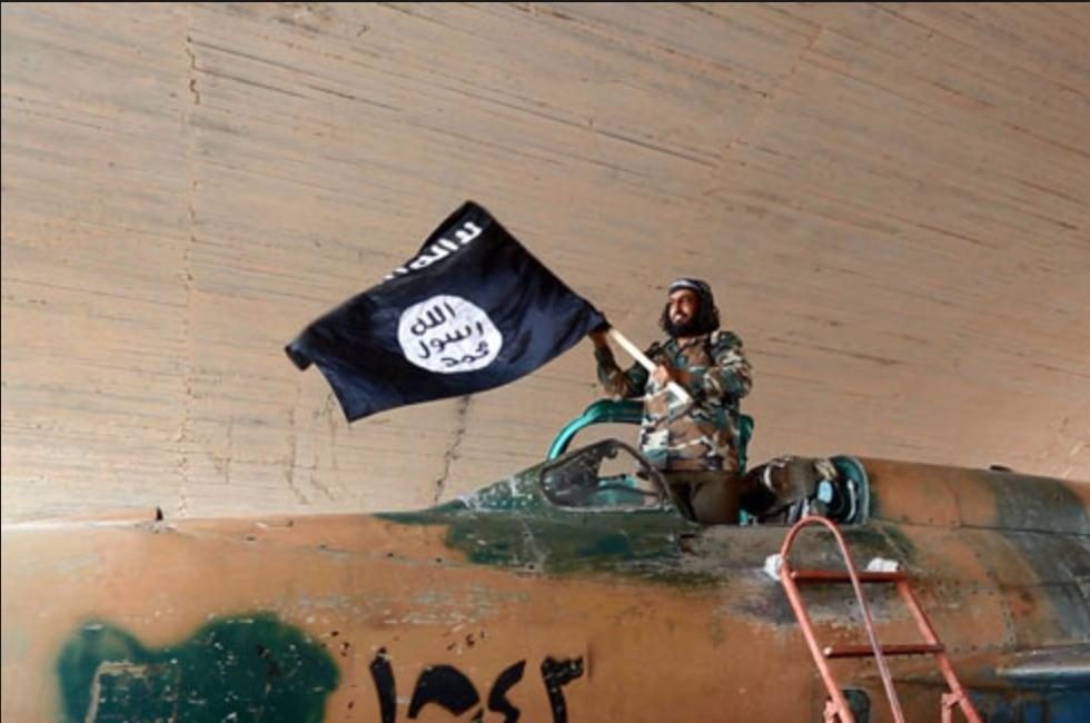"""תמונה שפרסם דאע""""ש ב-26 באוגוסט של אחד מלוחמיו על מטוס שלל סורי. צבא סוריה הודיע אתמול כי השמיד שניים משלושה מטוסים שהפעיל הארגון"""