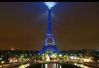 fotografia torre eiffel iluminada de noche