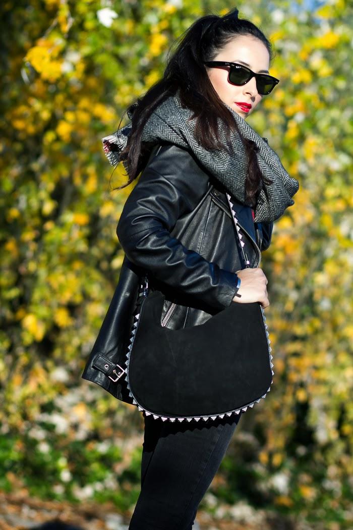 Bloguera valenciana de moda con Bolso de ante negro con tachuelas de Zara