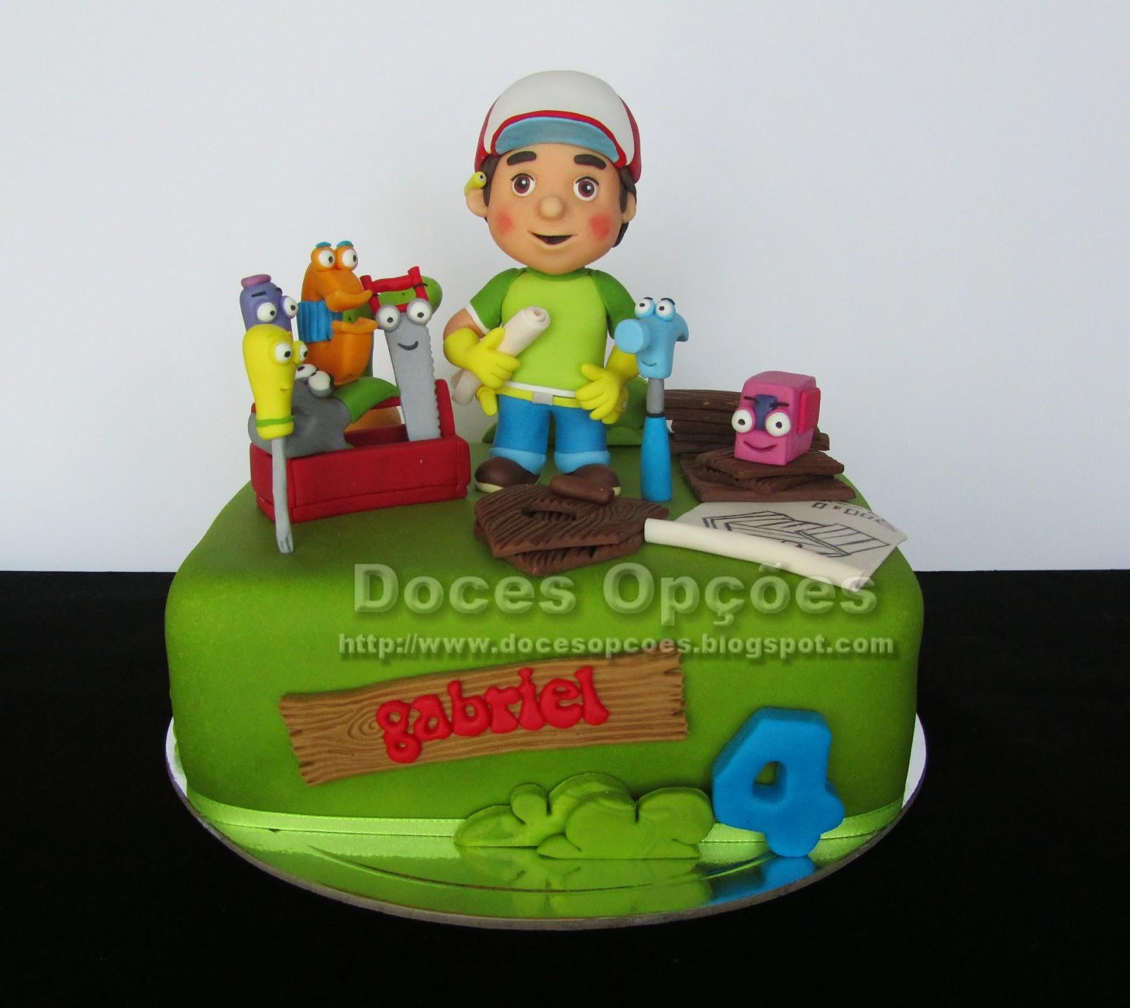 O Manny Mãozinhas a reparar o bolo de aniversário do Gabriel