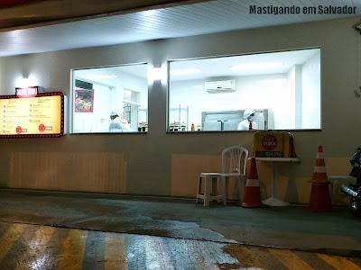 Hit Pizza: Entrada do Drive-Thru, com vista para a cozinha