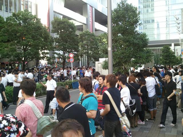 8月27日AKB48前田敦子あっちゃんの卒業式の日にAKB48劇場裏口周辺でメンバーを待つ大勢のファンその2