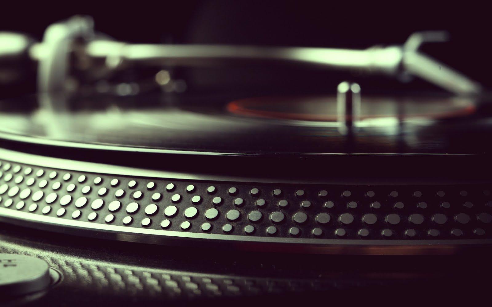 http://2.bp.blogspot.com/-f6zy5LUl8A8/T4P3RK4UV3I/AAAAAAAAGGA/v3BmsFJbxzE/s1600/turntable-record-vinyl-music-wallpaper-2560x1600.jpg