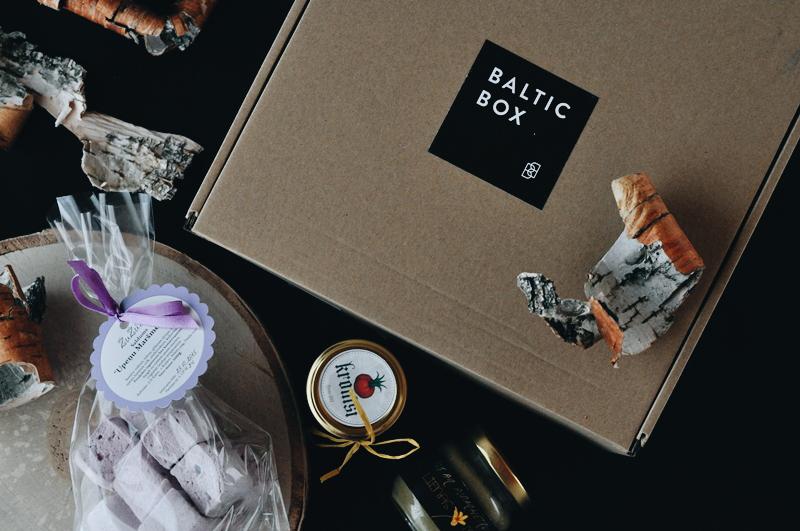 Oktobra Baltic Box - jautrie maršmelous un grauzdiņi ar rabarberu čatniju un piparmētru medu