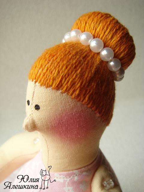 Мк пришиваем к голове домовичка волосы из шерсти