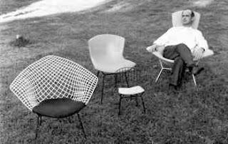 Harry Bertoia siedzący i krzesła z metalowej siatki