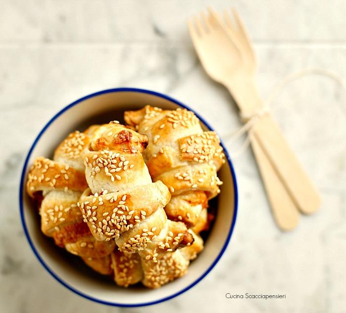 croissant salati di pasta sfoglia con prosciutto cotto e fontina