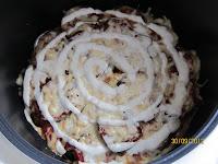 Последний слой сыра смазать сметаной или майонезом